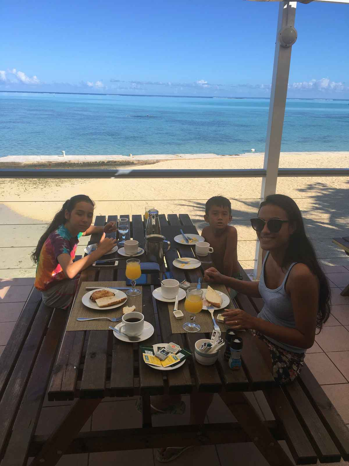 petit déjeuner en famille à l'hôtel Hibiscus à Moorea
